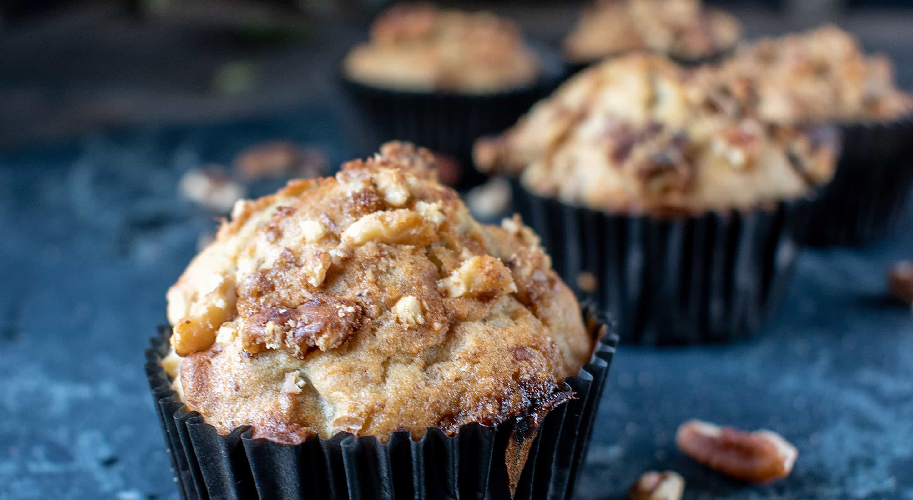 Mini muffins with pecans and cinnamon