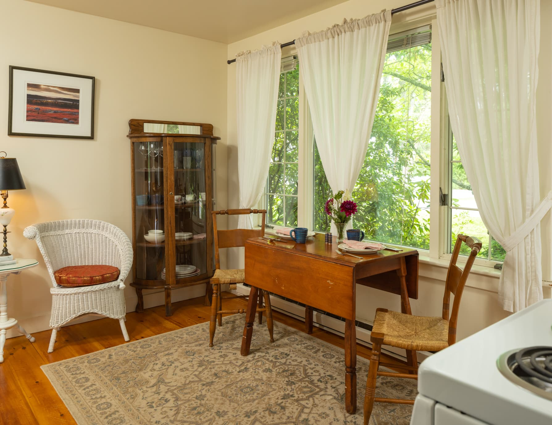 Cape House Studio with a small kitchen and a leaved table for two